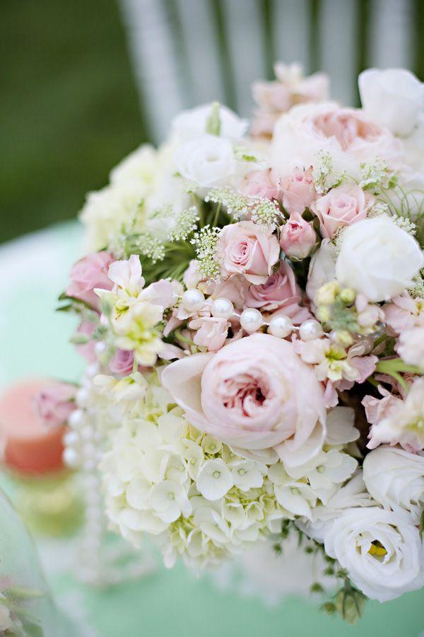 Tischdeko Hochzeit Rankunkeln Rosen weiss rosa  Mademoiselle No More
