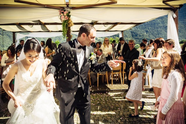 Bianzone Hochzeit Italien Destination Wedding Pastell Weiss elegant romantisch Outdoor-Trauung Tischdekoration Blumen Schleierkraut Rosen Zeremonie