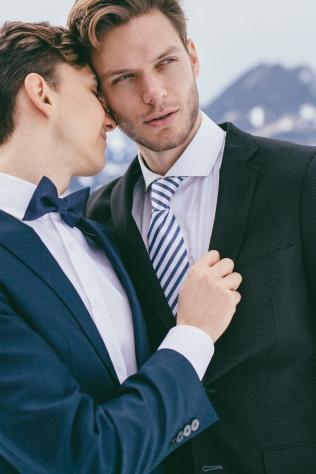Styled Shooting Hochzeit Hochzeitsinspiration Schweiz Alpen Kerenzerberg Walensee gay eingetragene Partnerschaft homosexuell Ehe Smoking elegant Schnee Winterhochzeit Frühlingshochzeit Fotoshooting Bräutigam